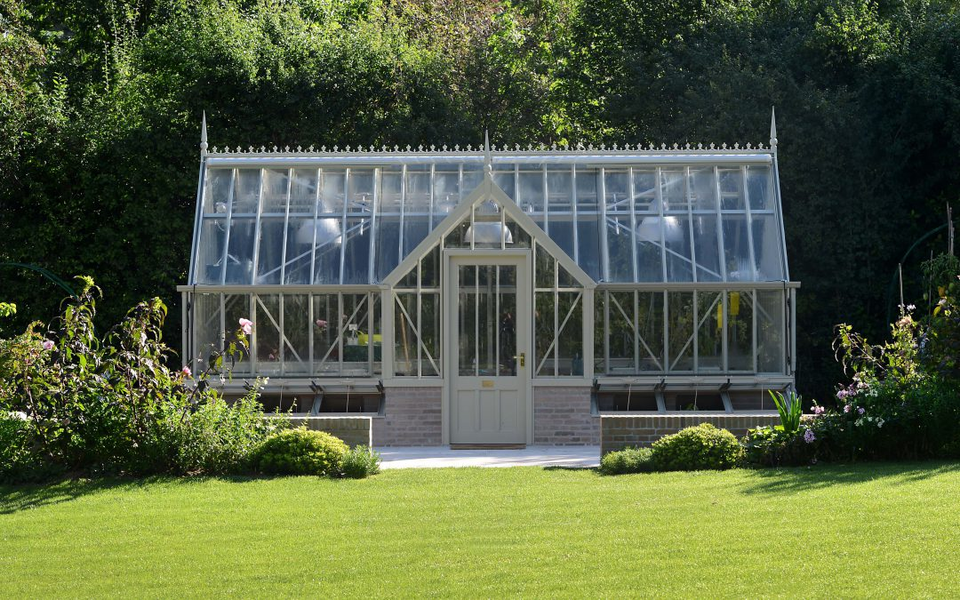 Insertion d'une serre de jardin haut de gamme dans un jardin privé